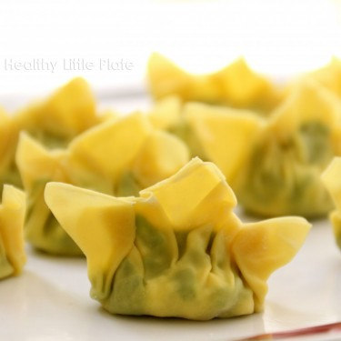 Healthy Little Plate presents 2 different types of homemade dumplings: steamed vegetarian dumplings for vegan toddlers and chicken dumplings for picky eaters.