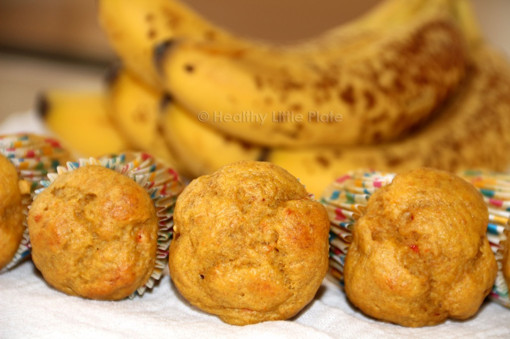 These mini banana muffins will totally excite your little monkeys. Healthy, delicious and fluffy!